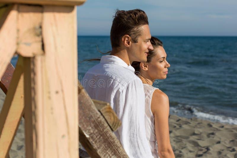 Förälskat gå för lyckliga par på stranden royaltyfri foto