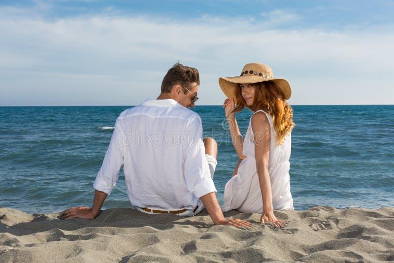 Förälskat gå för lyckliga par på stranden royaltyfria foton