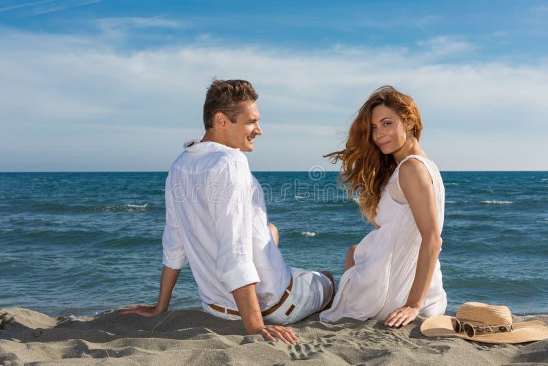 Förälskat gå för lyckliga par på stranden arkivbild
