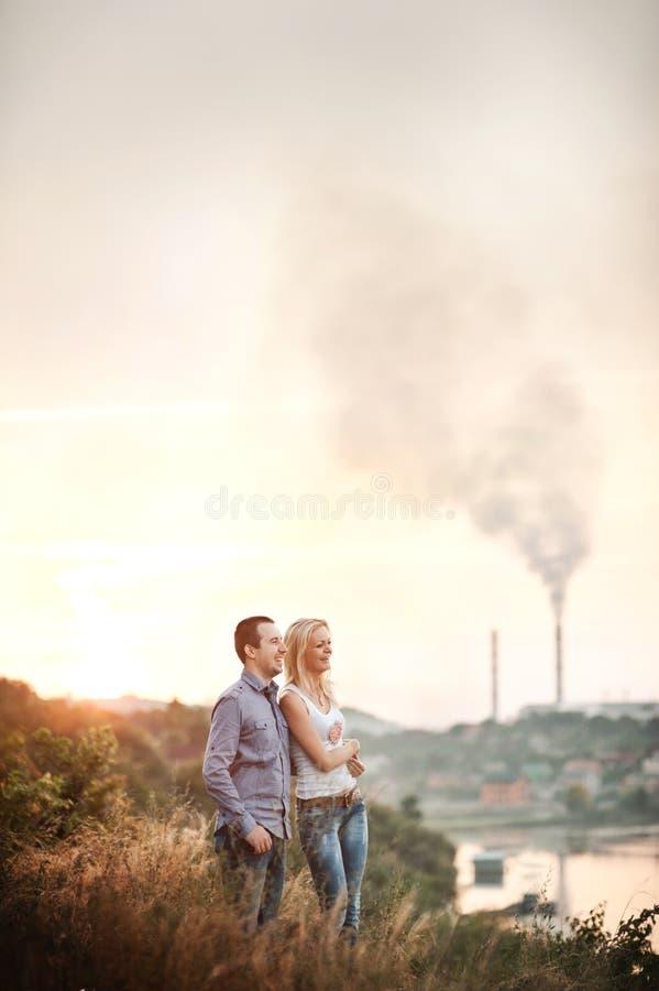 Förälskat gå för par i parkera royaltyfri fotografi