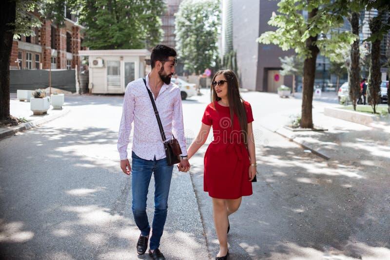 Förälskat gå för par i staden arkivfoton
