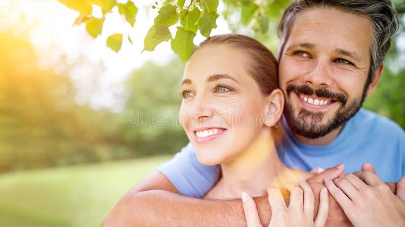 Förälskat krama för lyckliga par arkivfoton