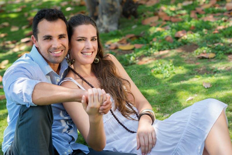 Förälskat krama för pojkvän och för flickvän royaltyfri bild