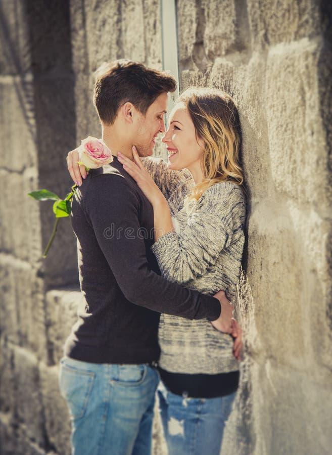 Förälskat kyssa för härliga par på gatagränden som firar valentindag arkivbilder