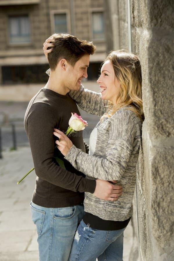 Förälskat kyssa för härliga par på gatagränden som firar valentindag royaltyfri foto