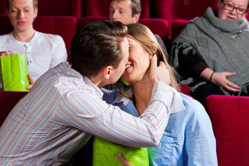 Förälskat kyssa för romantiska par i teater arkivbilder