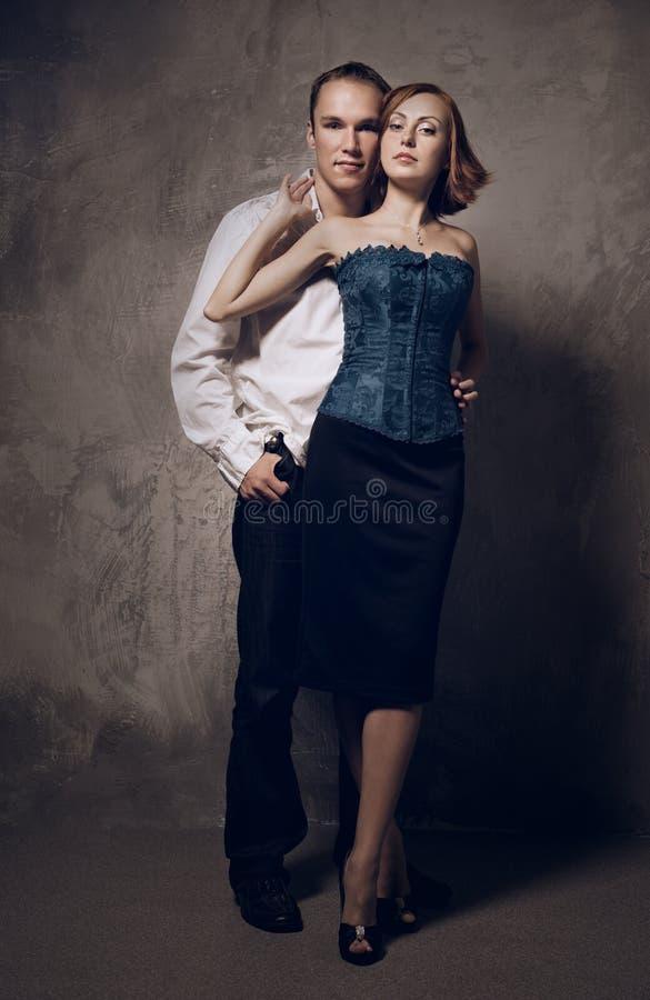 Förälskat omfamna för eleganta par arkivfoton