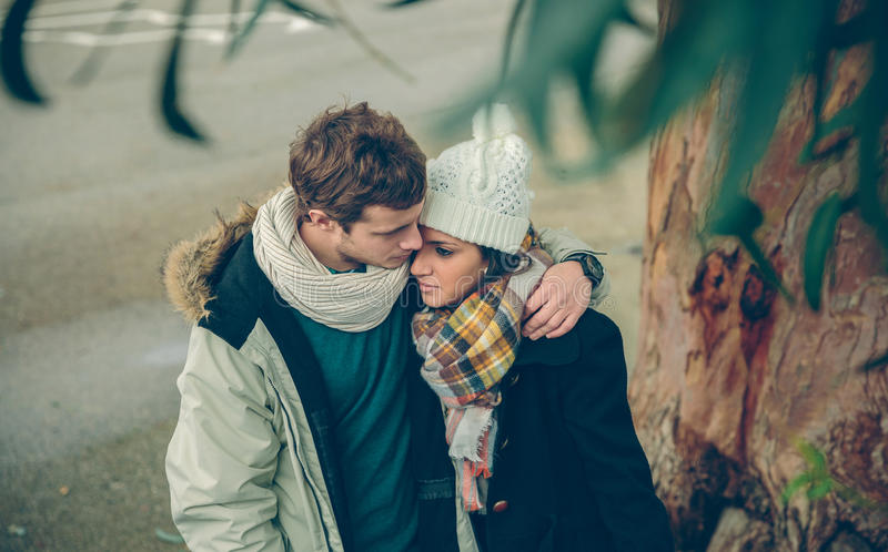 Förälskat omfamna för par utomhus på kall höst royaltyfria bilder