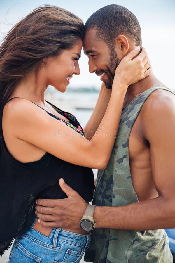 Förälskat omfamna för romantiska härliga par på pir royaltyfria bilder