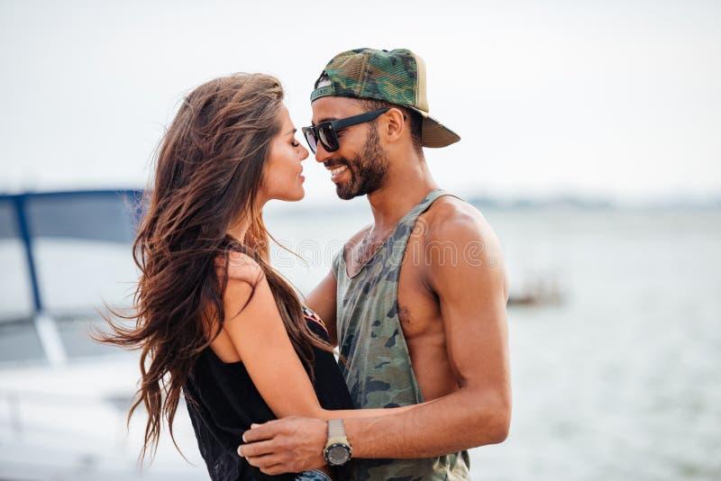 Förälskat omfamna för romantiska unga härliga par på pir arkivbilder