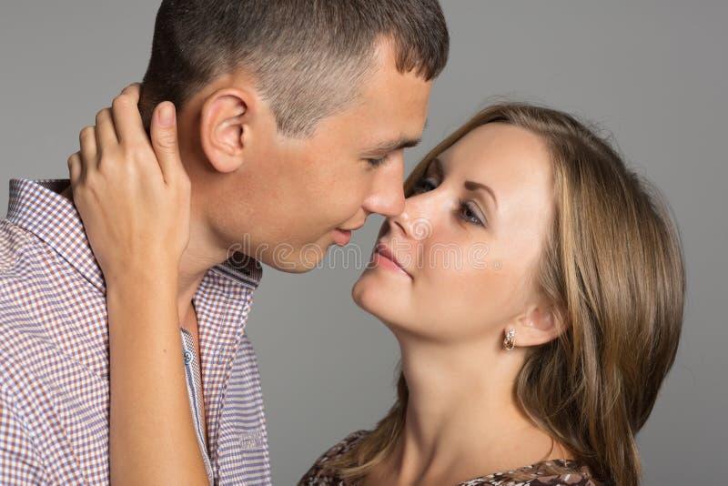 Förälskat omkring att kyssa fotografering för bildbyråer