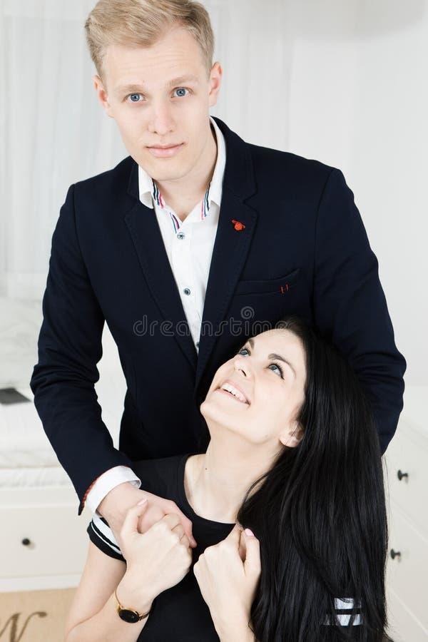 Förälskat posera för unga attraktiva affärspar tillsammans arkivfoto