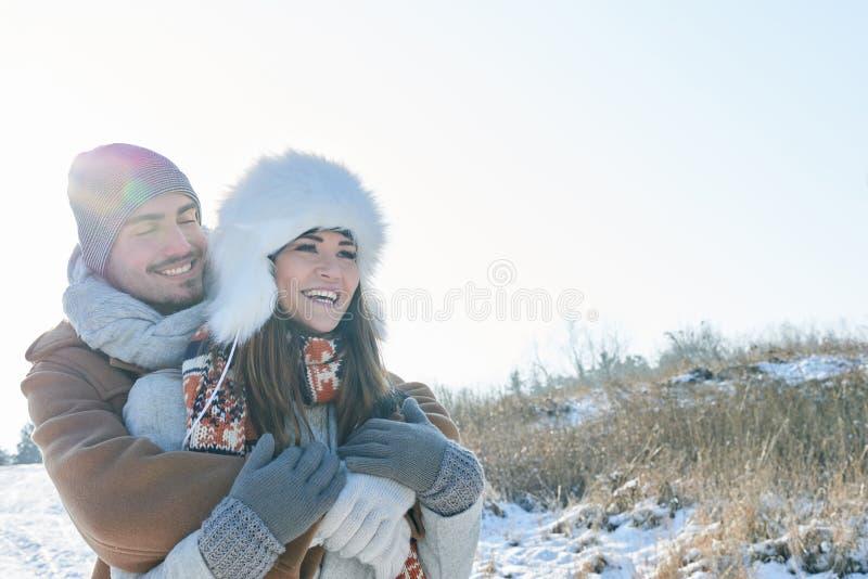 Förälskat skratta för lyckliga par arkivbilder