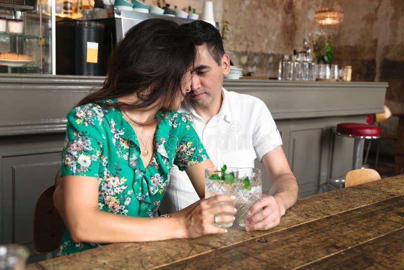 Förälskat synar se för par in i varje andra fotografering för bildbyråer