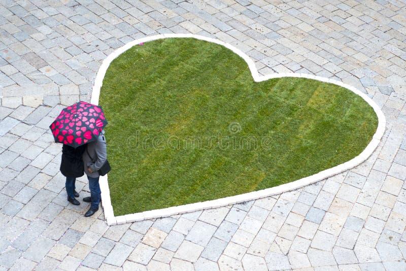 Förälskat under-paraply för par royaltyfri foto