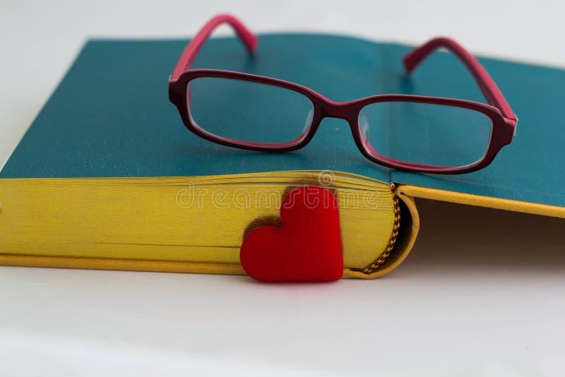 Förälskelse att läsa, begrepp royaltyfri fotografi