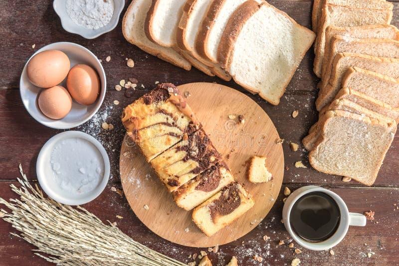 Förälskelse av kaffekoppen och chokladmarmorkakan med bröd royaltyfri bild