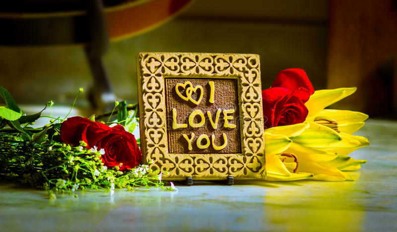 Förälskelse för meddelande I dig med blommor royaltyfri fotografi
