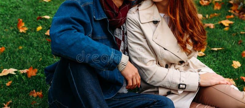 Förälskelse-, förhållande-, familj- och folkbegrepp - som är nära av par med lönnlövet i höst, parkera upp två personer, ett par, arkivfoton