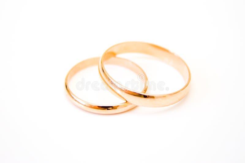 förälskelse familj, beröm, ceremonibegrepp - bröllopsymboler två guld- cirklar på vit bakgrund royaltyfri fotografi