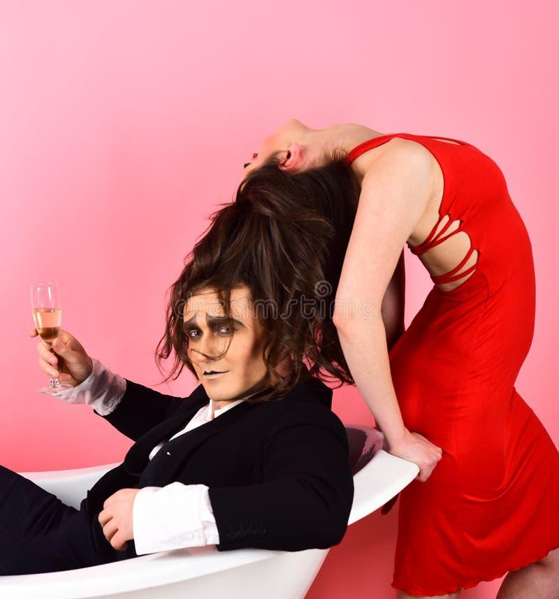 Förälskelse har en ton av vägar av att uttrycka sig Farsshow Tycker om förälskad fars för par i badrum Farskonstnärer Par av royaltyfri bild