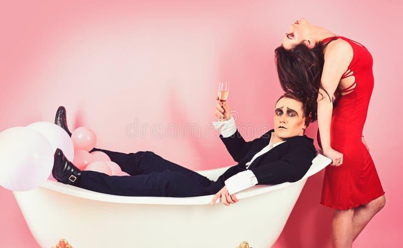 Förälskelse kommer från förälskelse Tycker om förälskad fars för par tillsammans i badrum Farskonstnärer Par av farsmannen och si arkivfoto