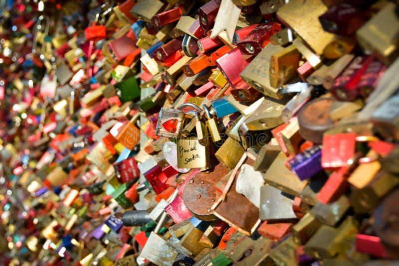 Förälskelse låser, ett par i folkmassan arkivfoto