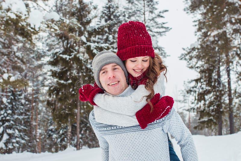 Förälskelse - lyckligt par som har gyckel som ler lyckligt skratta tillsammans på romantiska ferier Ung man som på ryggen ger rit arkivbilder