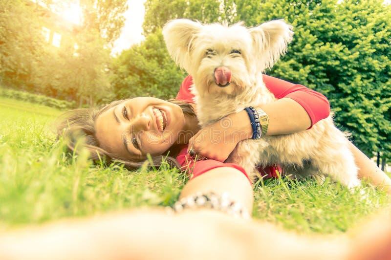 Förälskelse mellan människan och hunden arkivbild