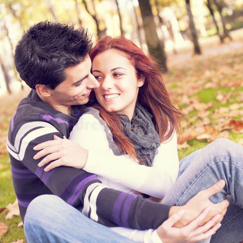 Förälskelse och affektion mellan ett ungt par royaltyfri foto