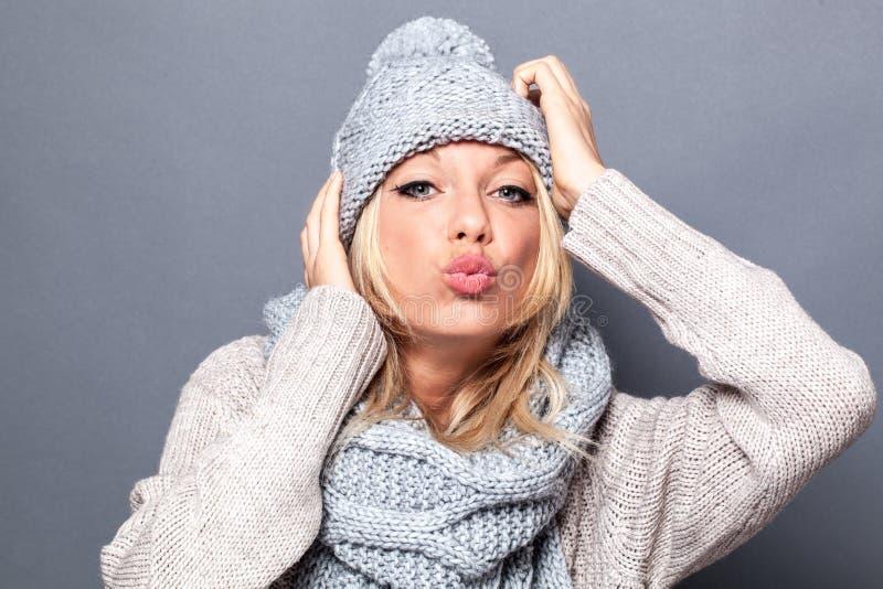 Förälskelse- och lyckabegrepp för att truta den trendiga blonda flickan royaltyfri foto