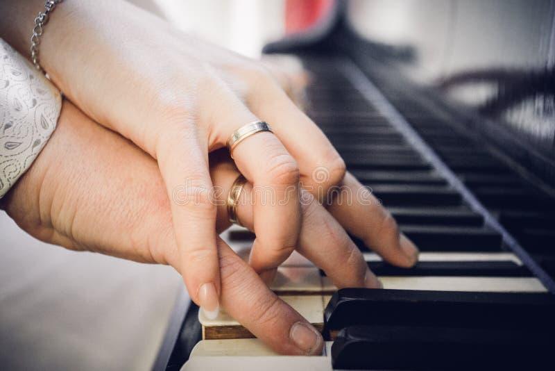 Förälskelse och musik royaltyfri foto