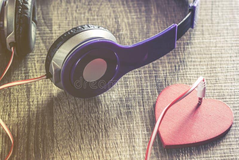 Förälskelse- och musikbegrepp fotografering för bildbyråer