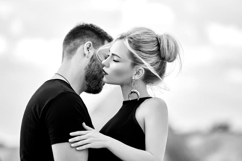 Förälskelse och sinnesrörelser som älskar par som vilar i Turkiet Det förälskade östliga paret i bergen av Cappadocia kramar och  royaltyfria foton