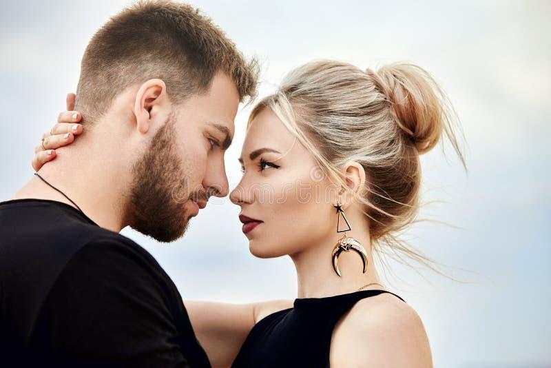 Förälskelse och sinnesrörelser som älskar par som vilar i Turkiet Det förälskade östliga paret i bergen av Cappadocia kramar och  royaltyfria bilder