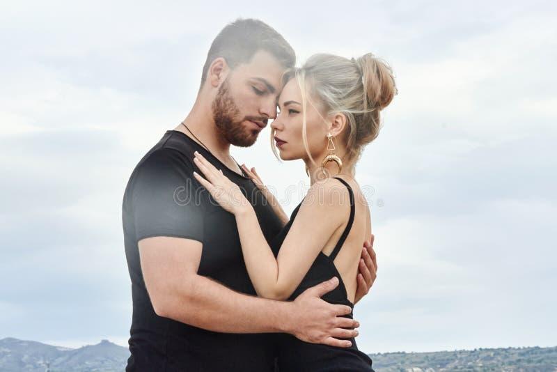 Förälskelse och sinnesrörelser som älskar par som vilar i Turkiet Det förälskade östliga paret i bergen av Cappadocia kramar och  royaltyfri fotografi