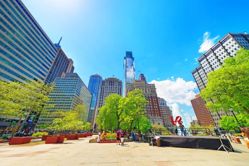 Förälskelse parkerar med springbrunnen i centret av Philadelphia royaltyfri bild