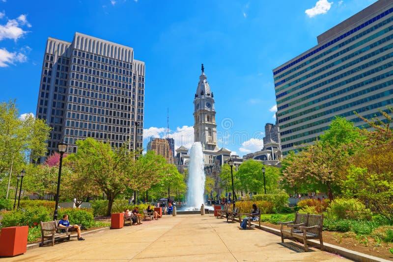 Förälskelse parkerar med springbrunnen och det Philadelphia stadshuset på bakgrund royaltyfri fotografi