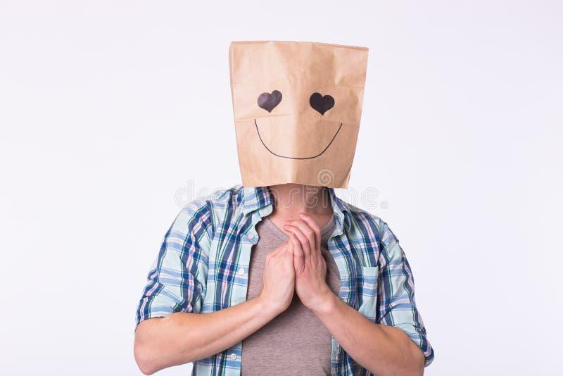 Förälskelse-, sinnesrörelse- och förhållandebegrepp - man med kartongen på hans huvud med den förälskade framsidan fotografering för bildbyråer