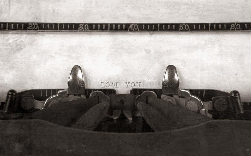 Förälskelse som du skrev på en tappningtypewritter arkivfoton