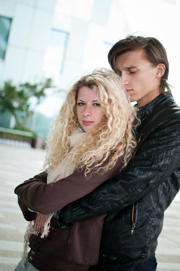Förälskelse - ungt par tillsammans royaltyfri foto