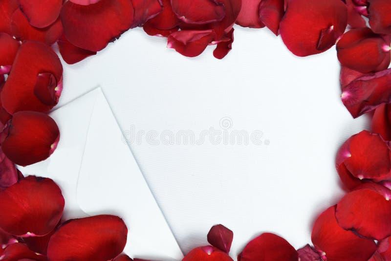 Förälskelsebokstav och röd kronbladmodell arkivfoton