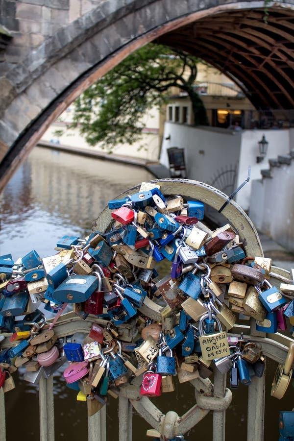 Förälskelsehänglås i Prague arkivbilder