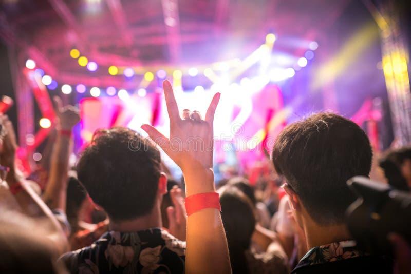 Förälskelsehanden undertecknar in konserten arkivfoton