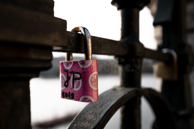 Förälskelselås hängde längs den Pragues Vltava floden - bredvid Charles Bridge - Tjeckien - April 2019 royaltyfri fotografi