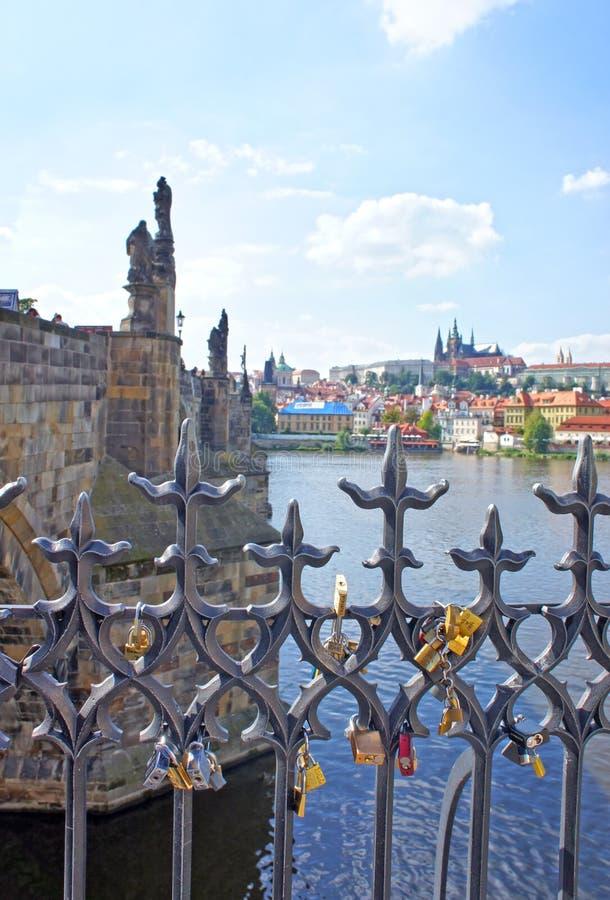 Förälskelselås hänger från på Charles Bridge i Prague royaltyfri fotografi