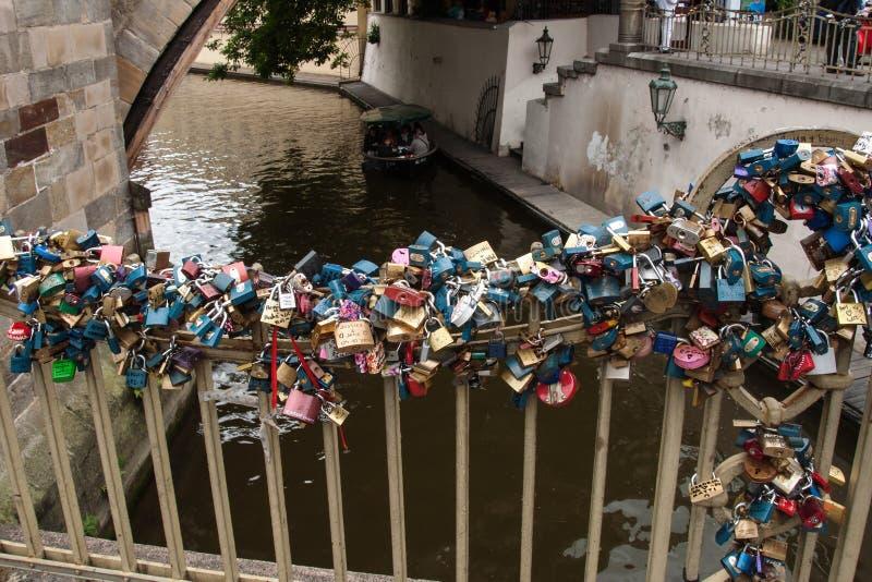 Förälskelselås hänger under Charles Bridge i Prague royaltyfri bild