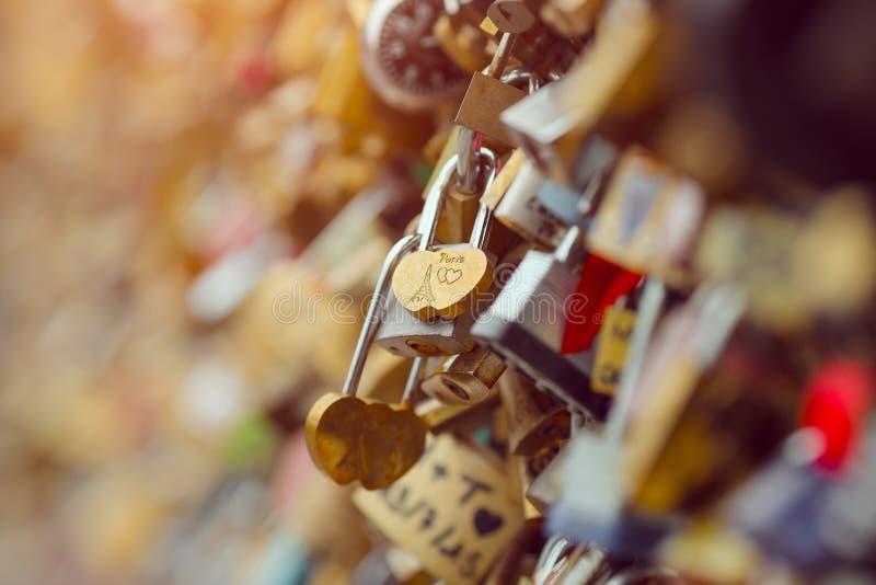 Förälskelselås i den Paris Frankrike bron arkivbild