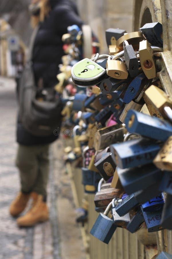 Förälskelselås i Prague den gamla staden Europa royaltyfri foto