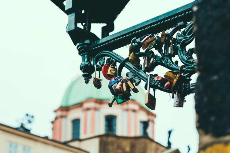 Förälskelselås på Charles Bridge, Prague royaltyfri bild